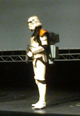 Stormtrooper tervehtii yleisöä