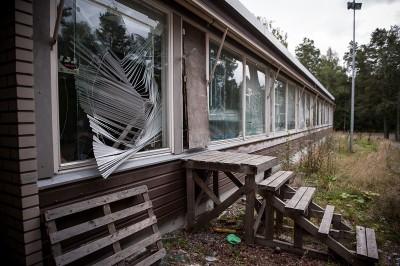 Koulu on tuhottu ikkunoita myöten