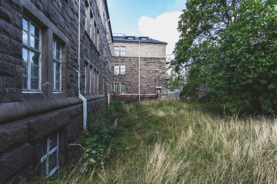 Kuva Anneksen takapihan ulkoilualueesta, jossa vangit pääsivät helpoittamaan rauhatonta mieltään.