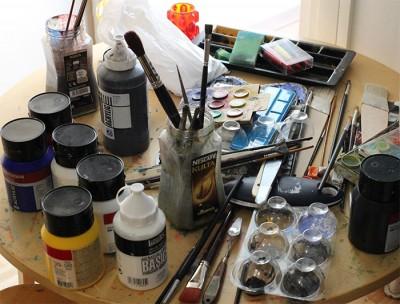 Maalit, pensselit ja paletit. Artistin kotona tunnelma on kuin oikealla taidepajalla.
