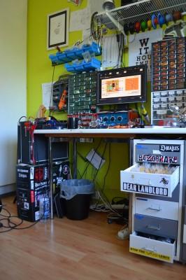 Miron työpöydällä on paljon tavaraa, mutta kaikki on hyvässä järjestyksessä