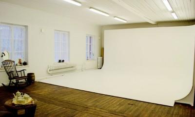 Studiosta löytyy kierrätysmateriaaleista valmistettu cyclorama.