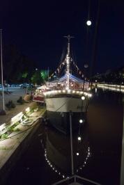 Valaistut jokilaivat luovat Aurajoen rantaan erityisen tunnelman.